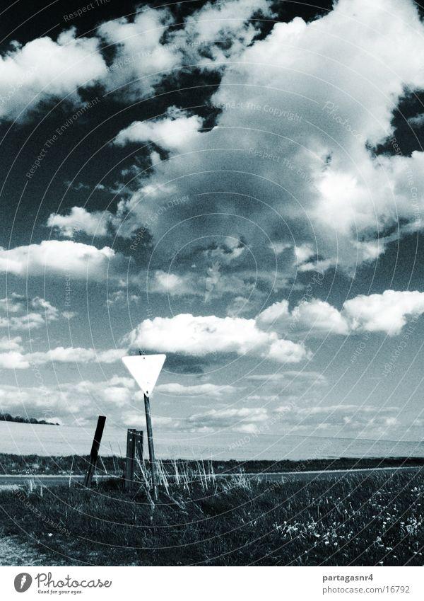 clouded firmament Wolken Feld Verkehrsschild