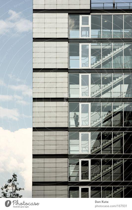 Business as usual Mensch Mann Stadt Erwachsene Fenster Architektur Stein Metall Glas Fassade maskulin Hochhaus Pause Medien Treppengeländer Stress