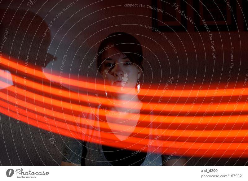 Leuchtband fünf Farbfoto Innenaufnahme Experiment Nacht Kunstlicht Lichterscheinung Langzeitbelichtung Zentralperspektive Oberkörper Blick in die Kamera