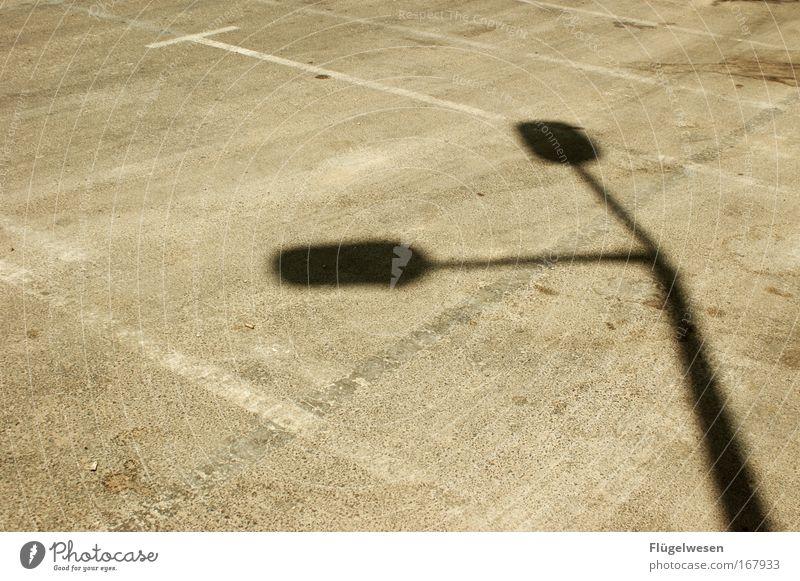 Eines Tages, auf dem Weg zum Roten Meer, passierte das: Straße Stil hell ästhetisch stehen liegen leuchten Laterne Parkplatz parken Parkhaus Schattenspiel Einigkeit Parkplatzsuche
