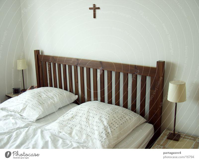 Carpe Noctem Bett Nacht Ehe Mann Kissen Lampe weiß Wand Schlafzimmer Bettdecke Religion & Glaube Fototechnik Rücken Kopfkissen