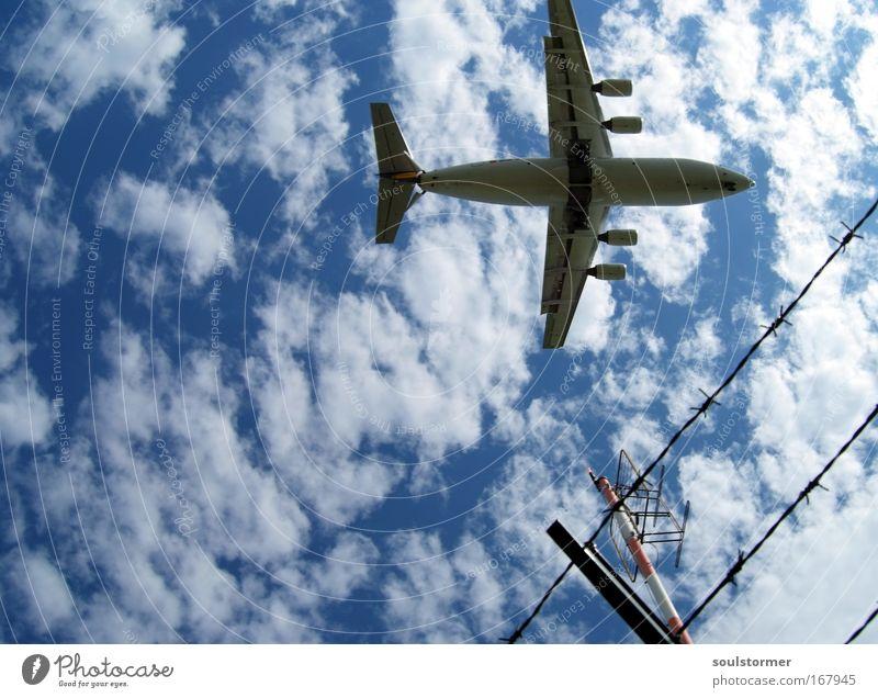 Geometrie im Flug Himmel blau weiß Ferien & Urlaub & Reisen Sommer Freude Wolken Freiheit Bewegung fliegen Flugzeug Verkehr Luftverkehr Unendlichkeit Flugzeugstart Zaun