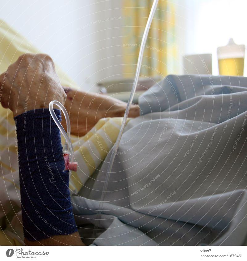 life Farbfoto mehrfarbig Innenaufnahme Gesundheitswesen Krankheit Mensch Senior Leben Arme Hand Finger 1 60 und älter Bekleidung Stoff alt Gefühle Stimmung