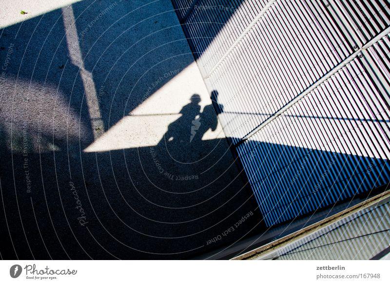 Paar im Winkel Licht Schatten 2 Zusammensein Partnerschaft Liebe Zuneigung zusammengehörig Gefühle Romantik Strukturen & Formen Ordnung Ecke Textfreiraum