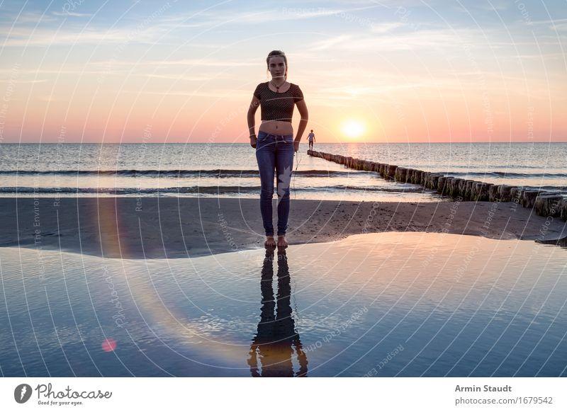 Porträt am Strand Mensch Frau Himmel Natur Ferien & Urlaub & Reisen Jugendliche schön Junge Frau Meer Junger Mann Erholung ruhig Strand Ferne Erwachsene Leben