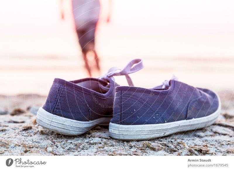 Schuhe - Strand Mensch Natur Ferien & Urlaub & Reisen Jugendliche Mann Sommer Meer Junger Mann Freude Erwachsene Leben Sport Stil Lifestyle Freiheit