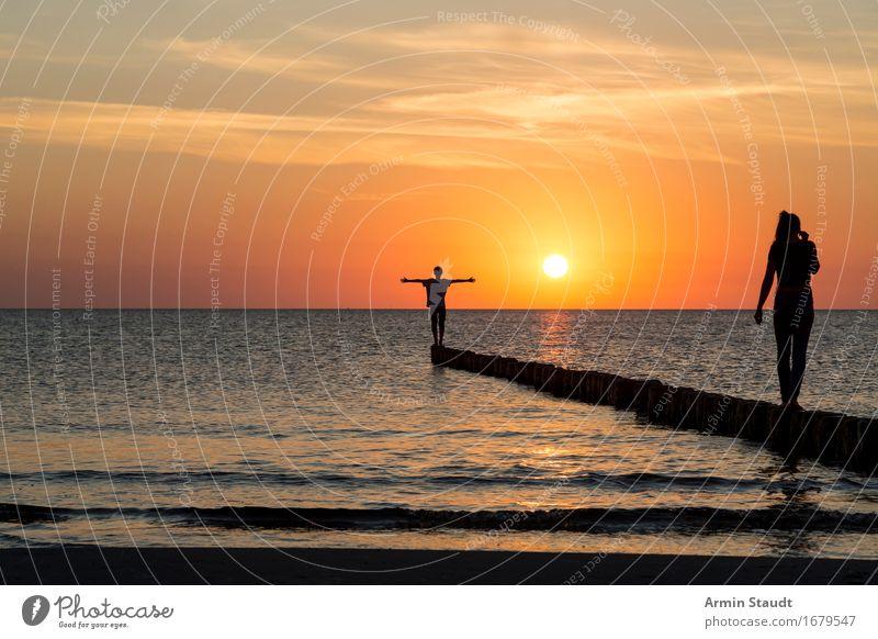 Sonnenuntergang Mensch Frau Himmel Natur Ferien & Urlaub & Reisen Jugendliche schön Junge Frau Meer Landschaft Junger Mann Erholung ruhig Strand Erwachsene
