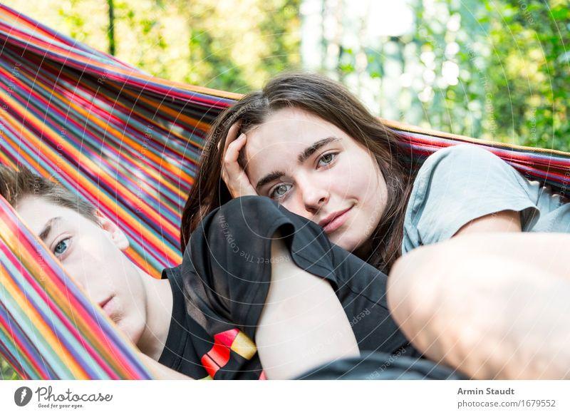 Zwei Teenager Geschwister chillen in einer Hängematte Lifestyle Wohlgefühl Zufriedenheit Erholung Ferien & Urlaub & Reisen Tourismus Sommer Mensch feminin