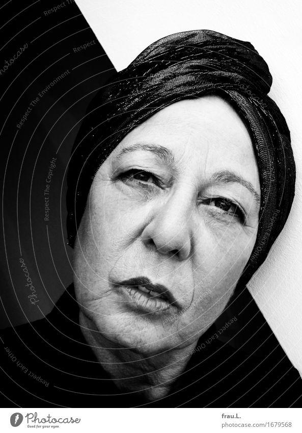 schwarz-weiß Mensch feminin Weiblicher Senior Frau 1 60 und älter Blick alt sportlich elegant Gefühle ruhig Sehnsucht Schwarzweißfoto Innenaufnahme Porträt