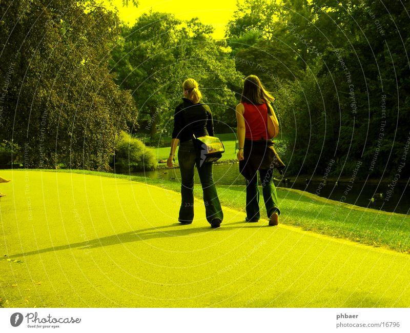 Spazieren im Park Frau feminin 2 blond braun brünett rot gehen Wegsehen Spaziergang Tasche Baum Teich Wiese Jugendliche Jeanshose sprechen Rücken Schatten Sonne