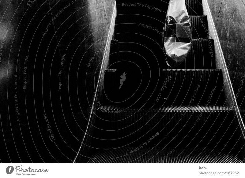 inkaun Schwarzweißfoto Gegenlicht Mensch Beine 1 Rolltreppe Plastiktüte