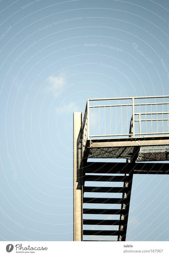 rauf oder runter? Himmel blau schwarz Haus Gefühle Architektur grau Wege & Pfade Metall Stimmung Zeit hoch Treppe Erfolg Perspektive Brücke