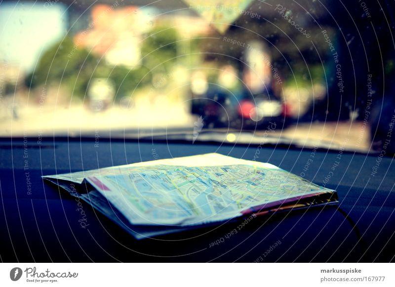 wo geht's lang ? Stadt Sommer Ferien & Urlaub & Reisen Straße PKW Ausflug fahren Kommunizieren Sehnsucht analog entdecken Mobilität Autofahren Landkarte