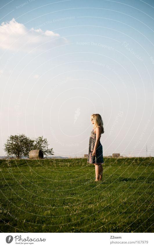 weitsicht Farbfoto Außenaufnahme Blick nach vorn Mensch feminin 1 18-30 Jahre Jugendliche Erwachsene Natur Landschaft Horizont Wiese Kleid blond Denken genießen