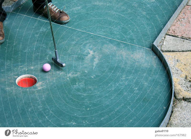 Minigolf Mensch Sommer Freude Spielen Glück Fuß Schuhe Freizeit & Hobby Tourismus Zukunft Hoffnung Golf Konkurrenz Genauigkeit Golfplatz Golfschläger