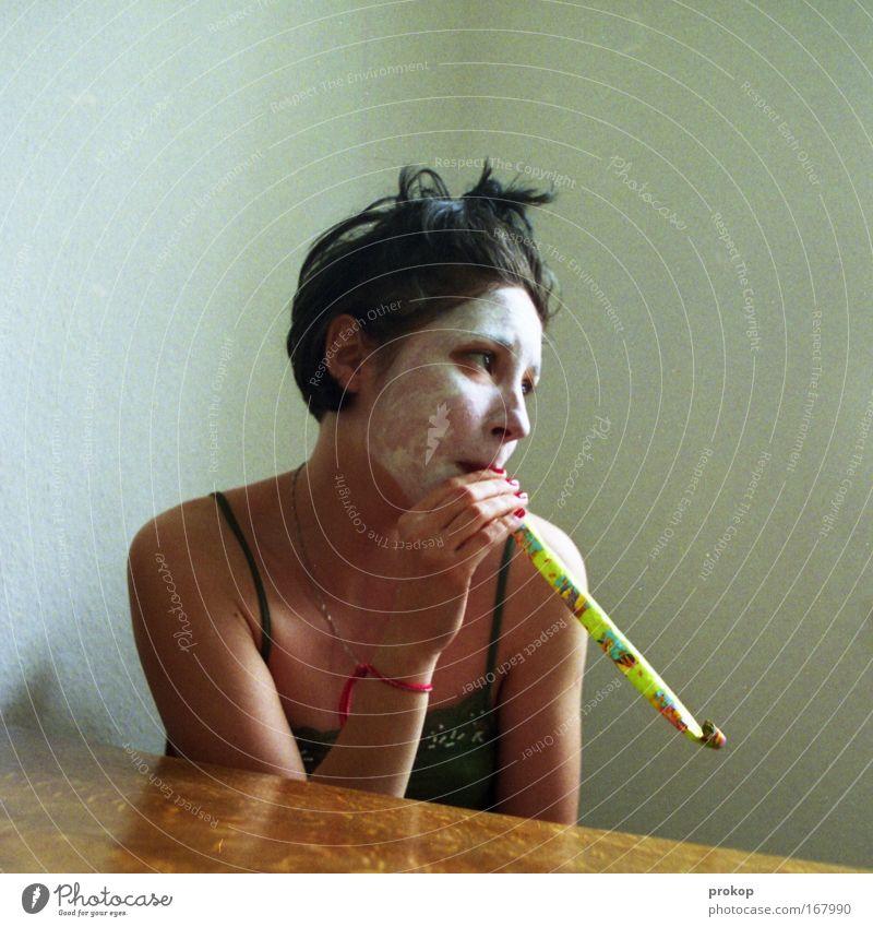 Wahnsinnig witzig Frau Mensch schön ruhig Erwachsene Einsamkeit feminin Spielen Gefühle Kopf lustig sitzen Haut Fröhlichkeit verrückt