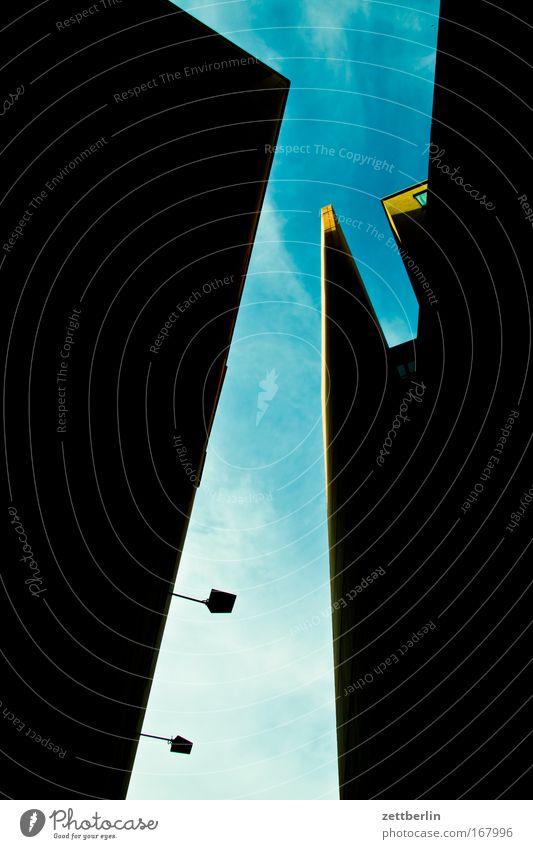 Potsdamer Platz Neue Mitte Stadt Haus Hochhaus Gebäude Neubau Straße Straßenverkehr Schlucht Straßenschlucht eng steil Bedürfnisse Himmel Sehnsucht Ziel Wolken