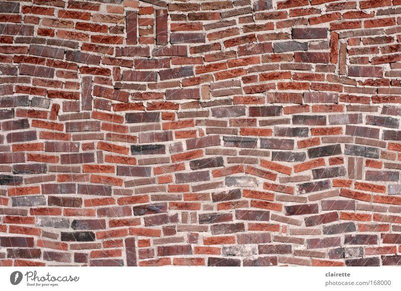 beinahe gerade Farbfoto Außenaufnahme Muster Strukturen & Formen Haus Mauer Wand Stein Backstein eckig fest einzigartig wild braun rot chaotisch durcheinander