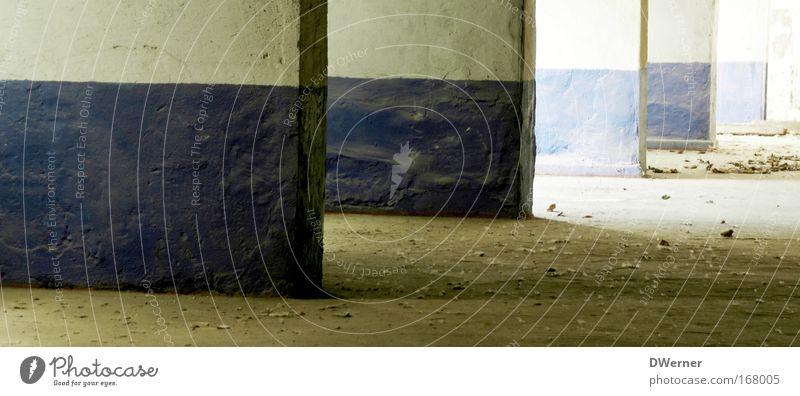Blauweißblauweiß alt Haus dunkel kalt Wand Innenarchitektur Mauer Gebäude Stein dreckig kaputt Baustelle Industrie streichen
