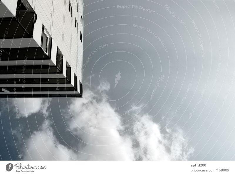Unter den Wolken blau weiß Haus Architektur grau Gebäude Deutschland Hochhaus ästhetisch Europa Bauwerk Stadtrand