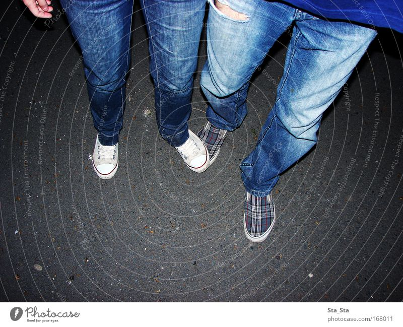 Straße Farbfoto Abend Nacht Blitzlichtaufnahme Lifestyle Stil Joggen Junge Frau Jugendliche Junger Mann Beine Fuß 2 Mensch 18-30 Jahre Erwachsene Subkultur