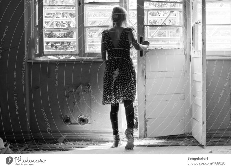 I´m steping in the dark! Mensch Jugendliche Erwachsene Haus feminin Wand Gebäude Mauer Tür gehen Fassade Kleid 18-30 Jahre Balkon entdecken Ruine