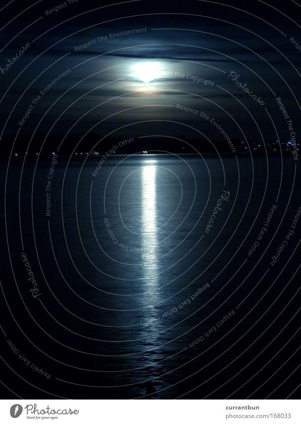 schwarzlichtterrarium Einsamkeit ruhig dunkel See Linie nass ästhetisch Streifen Nacht Mond silber Vollbart