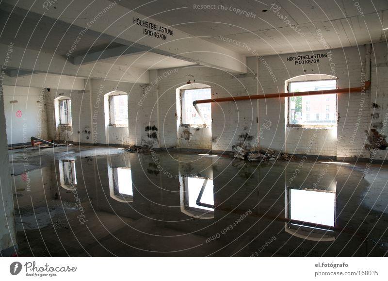Streetart 1 Wasser Ferne Fenster Wand Mauer Beton verfallen Röhren