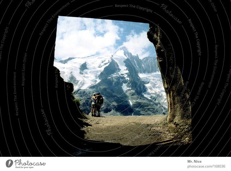 Tunnelblick Mensch Natur Ferien & Urlaub & Reisen Ferne Umwelt Landschaft Berge u. Gebirge Freiheit Paar Freundschaft Horizont Wetter Zusammensein Zufriedenheit Felsen wandern