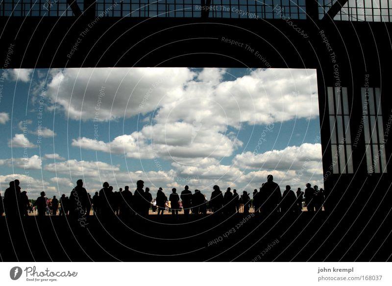 Vorhang auf! Farbfoto Gedeckte Farben Textfreiraum oben Silhouette Weitwinkel Mensch Menschenmenge Berlin Hauptstadt Flughafen Luftverkehr Flugzeug