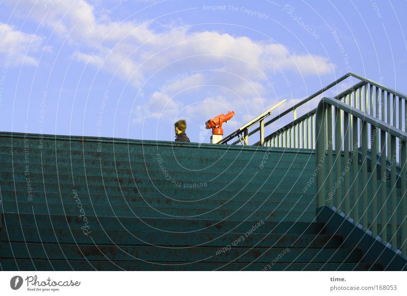 [HH09.2/1] - Kleiner roter Fernseher Brücke Treppe Aussicht Fernglas Mann Richtung Wolken Himmel grün von unten nach oben Perspektive Telekommunikation