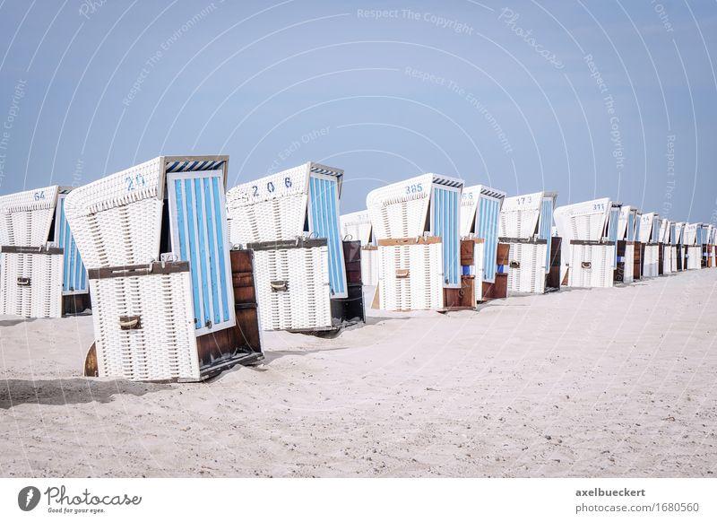 Strandkörbe mit Strandkorb Erholung Ferien & Urlaub & Reisen Tourismus Sommer Sonnenbad Stuhl Sand Küste Ostsee Holz typisch leer Europa Deutsch Deutschland