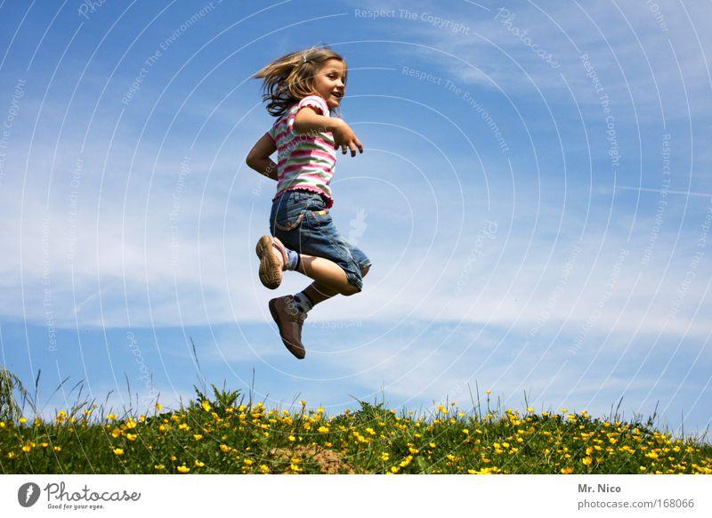 feel free I Kind Natur Mädchen Himmel Freude Wiese springen Spielen Freiheit Glück Zufriedenheit Mensch wandern Fröhlichkeit Körperhaltung