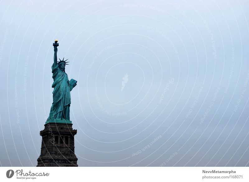 """Freiheit im Nebel Farbfoto Außenaufnahme Menschenleer Textfreiraum rechts Tag New York City Bauwerk Sehenswürdigkeit Wahrzeichen Freiheitsstatue """"Nebel,"""""""