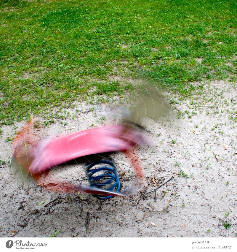 Schaukelpferd im Schaukeln weiß grün Wiese Spielen Gras Bewegung Park Sand rosa verrückt Geschwindigkeit Ausflug Pferd Energiewirtschaft Kindheit