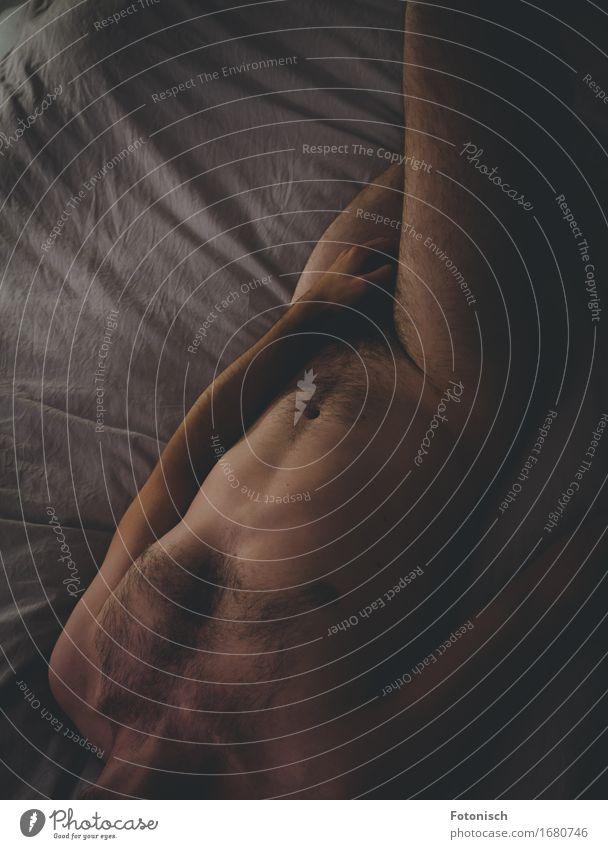 Akt Mann Mensch maskulin Junger Mann Jugendliche Erwachsene Körper Oberkörper Hand 1 18-30 Jahre Behaarung Brustbehaarung liegen authentisch Erotik nackt dünn