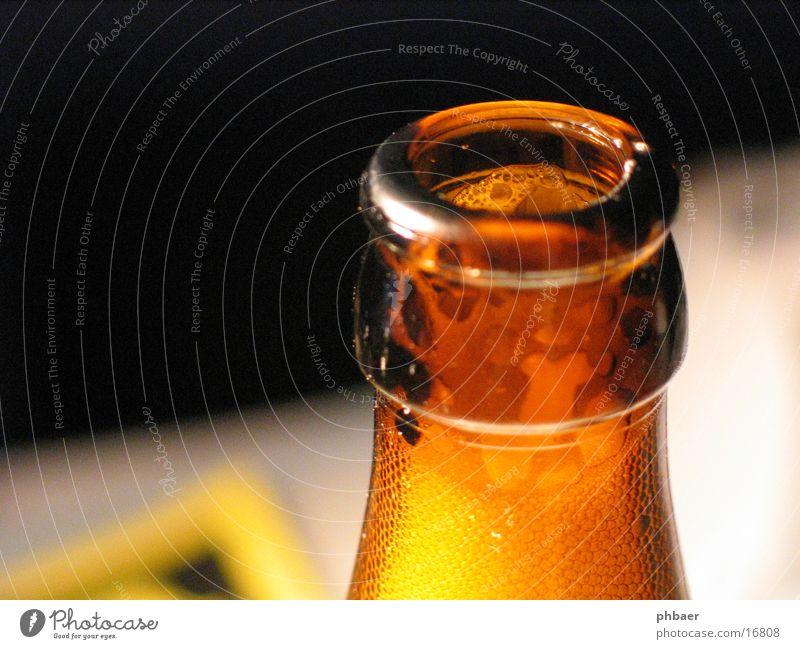 Dir geh ich gleich an den Hals... Bier Schaum braun trinken Flaschenhals Pfandflasche Recycling Alkoholisiert Weizen Hefe Hopfen Glas Durst Suche Wasser Malz