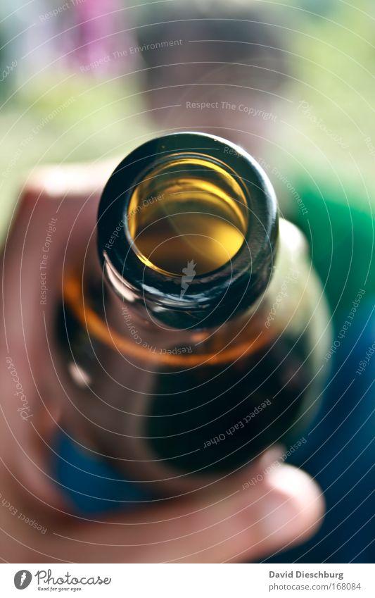 Probier mal... Farbfoto Detailaufnahme Textfreiraum oben Textfreiraum unten Tag Kontrast Unschärfe Getränk trinken Erfrischungsgetränk Alkohol Bier Flasche