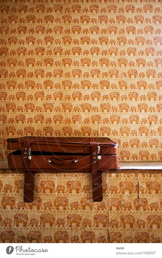 Ich packe meinen Koffer und nehme mit ... alt Wand Mauer braun Raum offen Wohnung liegen Design Häusliches Leben Dekoration & Verzierung retro Tapete Koffer Griff Leder