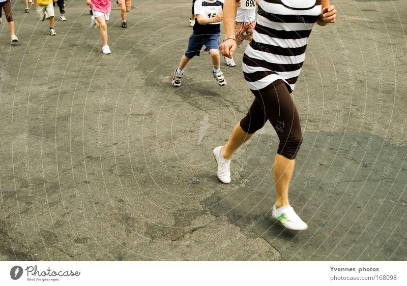 Bigger, better, faster, stronger Farbfoto mehrfarbig Tag Gesundheit Freizeit & Hobby Erfolg Joggen Mensch Jugendliche Erwachsene Beine Fuß Menschengruppe