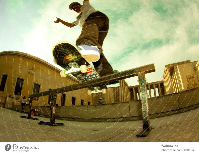 Frontboard Farbfoto Außenaufnahme Tag Blitzlichtaufnahme Sonnenlicht Froschperspektive Fischauge Ganzkörperaufnahme Lifestyle Sport Skateboard Skateboarding