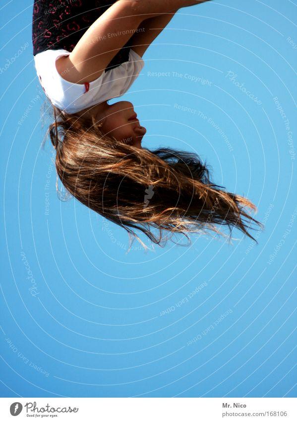 90° Oberkörper Haare & Frisuren Friseur Mädchen Kindheit Kopf Nase Mund Wolkenloser Himmel brünett langhaarig drehen fliegen schön wild Freude Fröhlichkeit