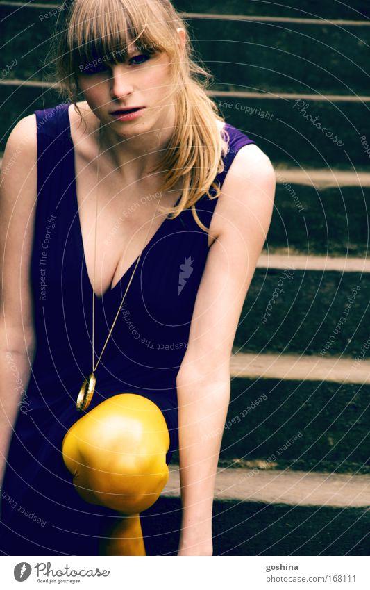 Augen.Blick Jugendliche blau schön gelb feminin Denken Mode blond Kraft Coolness bedrohlich einzigartig Kleid dünn Leidenschaft Schmuck