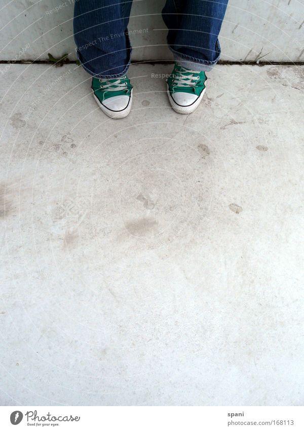 waiting Mensch ruhig Gras Beine Fuß Schuhe sitzen warten Treppe Coolness Jeanshose Hose Turnschuh Chucks Vorfreude Vorsicht