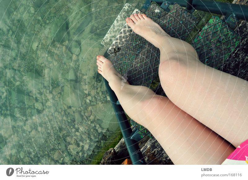 Noch zu kalt Mensch Jugendliche Sommer ruhig Erholung nackt feminin Fuß See Beine Küste Haut rosa Perspektive Treppe