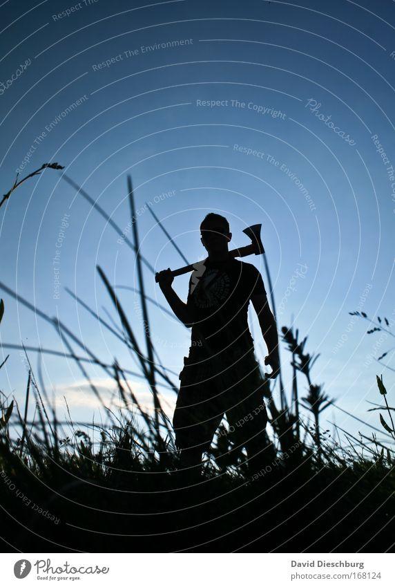 Er wartet auf dich... Mensch Natur blau Sommer Pflanze schwarz Landschaft Wiese Gras Feld maskulin stehen Schönes Wetter einzeln Blauer Himmel Axt