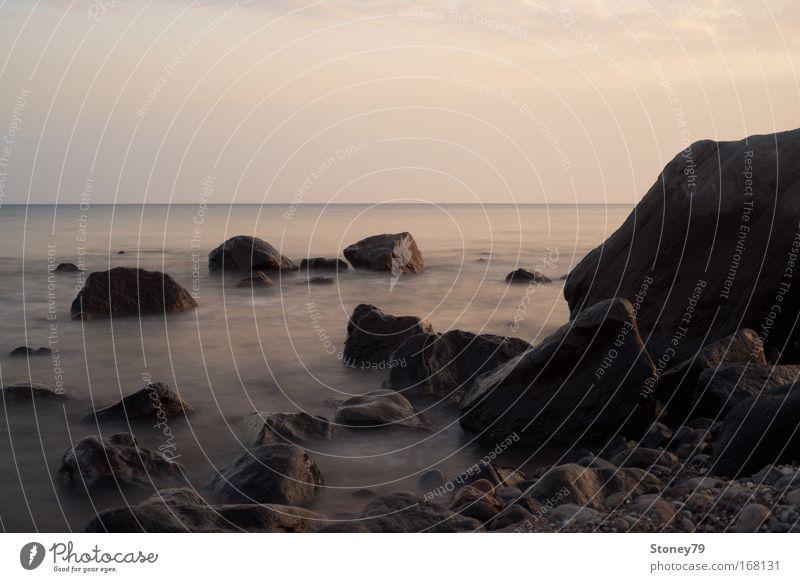 Felsen im Meer Farbfoto Außenaufnahme Menschenleer Textfreiraum oben Abend Kontrast Sonnenlicht Langzeitbelichtung Starke Tiefenschärfe Zentralperspektive