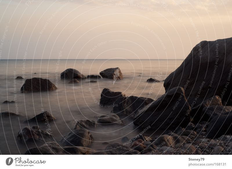 Felsen im Meer Wasser Himmel ruhig Einsamkeit grau Stein Landschaft Zufriedenheit Stimmung braun Wellen Küste Horizont Gelassenheit