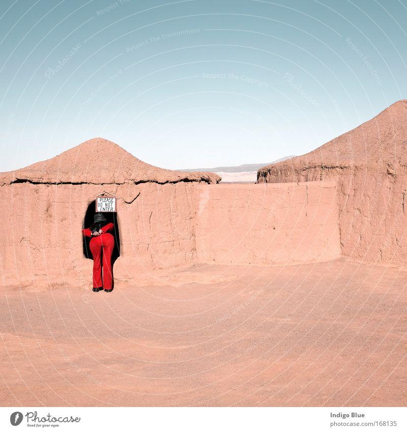 Frau Himmel rot Ferien & Urlaub & Reisen feminin Landschaft Sand Erwachsene Erde Horizont Tourismus Wüste Neugier beobachten Gelassenheit historisch