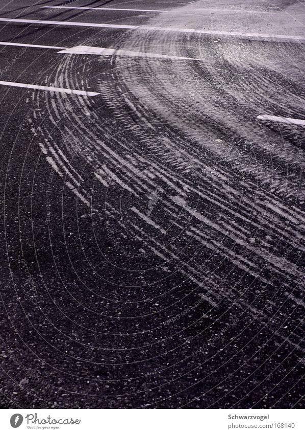 Kriegst du die Kurve? weiß schwarz Straße grau Bewegung Wege & Pfade Verkehr Geschwindigkeit trist fahren Asphalt Spuren Pfeil Verkehrswege Richtung